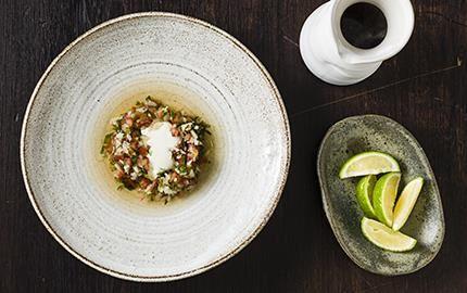 Ett perfekt sätt att ta hand om lammets alla delar är att grilla och långkoka köttbenen i ugn. Ta till vara på den ljusa buljongen och låt den bli en förrätt ihop med Mexikos nationalsalsa pico de gallo och crème fraiche.