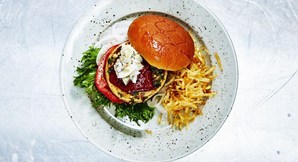 Grilling cheese smoked chili med rökig BBQ-sås är en smakrik burgare som passar alla som vill skära ner på animaliskt protein.