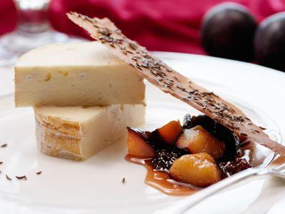 Marquis är en komplex ost med animaliska toner och finstämd beska. Plommonkompotten med både färska och torkade plommon matchar osten perfekt och lyfts av det kumminkryddiga flarnet.