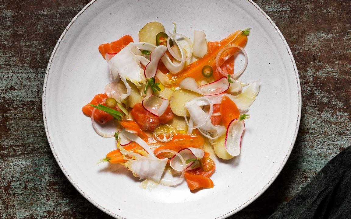 Johans variant på ceviche med lax ger lunchfisken hetta av jalapeño och fräschör av citrusfrukter samt syrad sparrispotatis. Välj alltid en fast potatis, eftersom texturen snabbt bryts ner vid fermentering.
