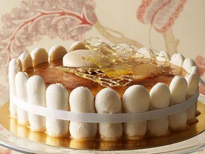 Macarons istället för fingerkex, en klassisk bavaroise i mitten och på toppen en crème brûlée.