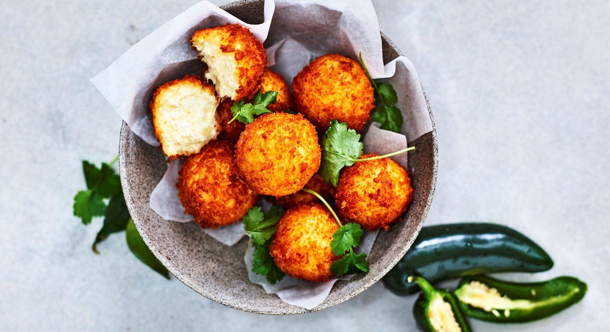 Frasiga chili cheese bollar med krämig ostflyllning och hetta från hatch chili. Passar lika bra som drinktilltugg eller som snacks till grillmiddagen.