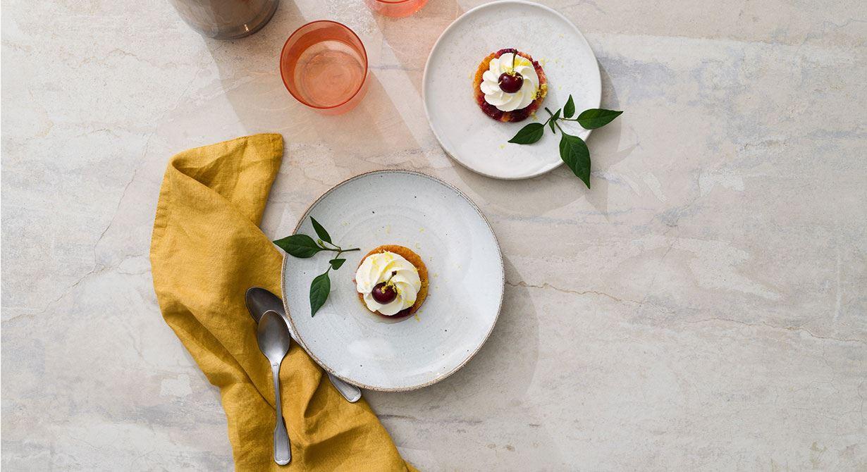 Mandelkakor med körsbärssmak, infuserade med sockerlag spetsad med gul chili. Dekorerade med grädde och körsbär. En garanterad god smakupplevelse.