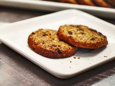 Proteinrika kakor med bönmassan Beat Brown Eco och choklad med hög kakaohalt är en hit tillsammans med iskall mjölk.