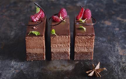 Fyra olika texturer av choklad bildar ett vackert, smakrikt mönster i den här underbara desserten. Stjärnanis och lönnsirap ger chokladen en spännande smakbrytning.