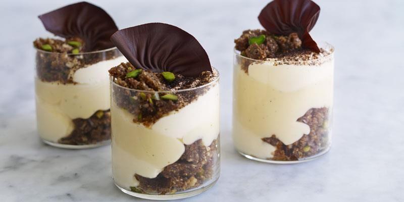 Vit chokladkräm med ton av espresso, krispig nötkross och smetana smaksatt med amaretto. En version av tiramisu som perfekt att sälja i portionsglas.