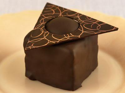 Påminner om en fragilité, men här på chokladbotten istället för mandelbotten och med en smörkräm som har fått smak av lakrits.