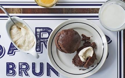Allt blir bättre med lite choklad. Även den goda, smöriga briochen får en djupare smak när den smaksätts och fylls med choklad. Väldigt gott till det brynta, luftiga smöret.