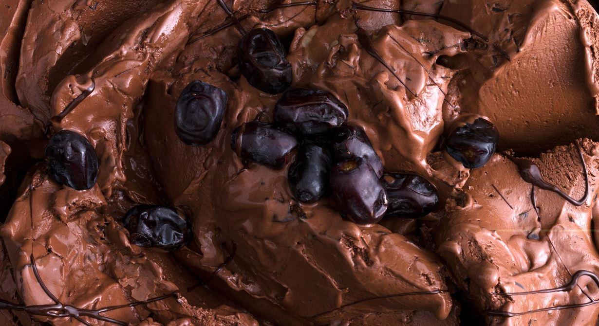Chokladsmaken blir extra fyllig och får naturlig sötma av färska dadlar. De innehåller mycket socker och glassen behöver därför kompenseras med mjölk.
