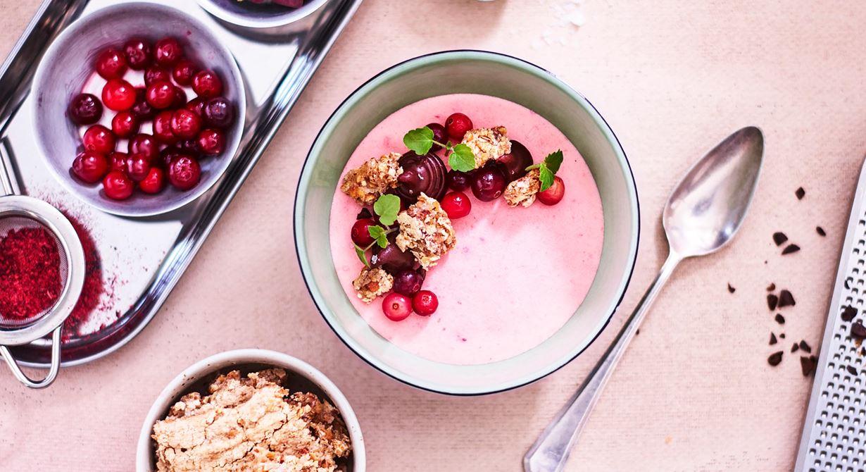 Det här är en enkelt presenterad dessert som passar perfekt till lunchserveringen då den är lätt att ha förberedd i frysen. Flera smaker samsas i olika lager i portionsskålar.