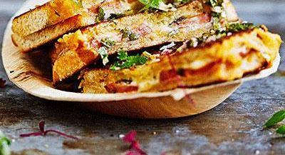 Den argentinska smörgåsen choripan fylls med grillad chorizo, skivad ost och smakrika, latinska såser som chimichurri och pebre. Lika enkelt som läckert.
