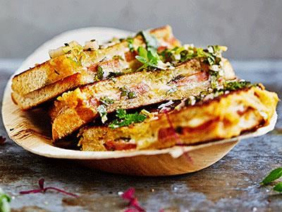 Den argentinska supersmörgåsen choripan fylls med grillad chorizo skivad på längden och smakrika, latinska såser som chimichurri och pebre. Lägg till skivad röd Wästgöts Kloster i ett extra lager och grilla. Lika enkelt som läckert.