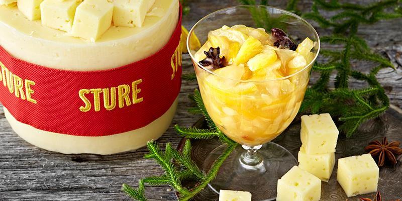 Våra grynpipiga ostar har en fin krämighet och syra som smickras av den syrliga, friska och lite beska citronmarmeladen.