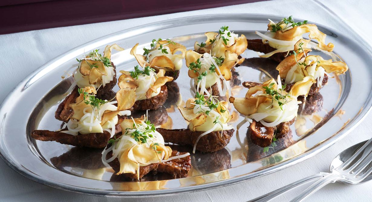En spännande grön bufférätt med tre olika texturer av jordärtskocka. Friterade skockor toppas med en smakrik ostkräm, citronpicklad skocka och frasiga chips. Falbygdens Präst® 24 månader kan bytas ut mot en kryddost, t ex Boxholms® Fänkål & Dillfrö Årets Kock 2017, men ta då bort kryddorna i receptet.