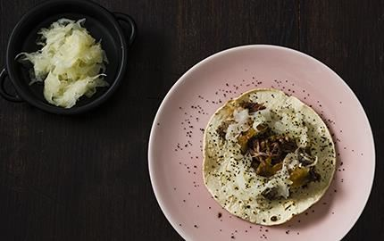 Mört, trådigt lammkött ihop med picklad fänkål och lakrits ger en modern mexikansk tacoupplevelse. Fänkålen förstärker lakritssmaken.