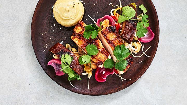 Confiterad och grillad portabello, jordnötscrème och sesamstekt ris samt confiterat kycklinglår