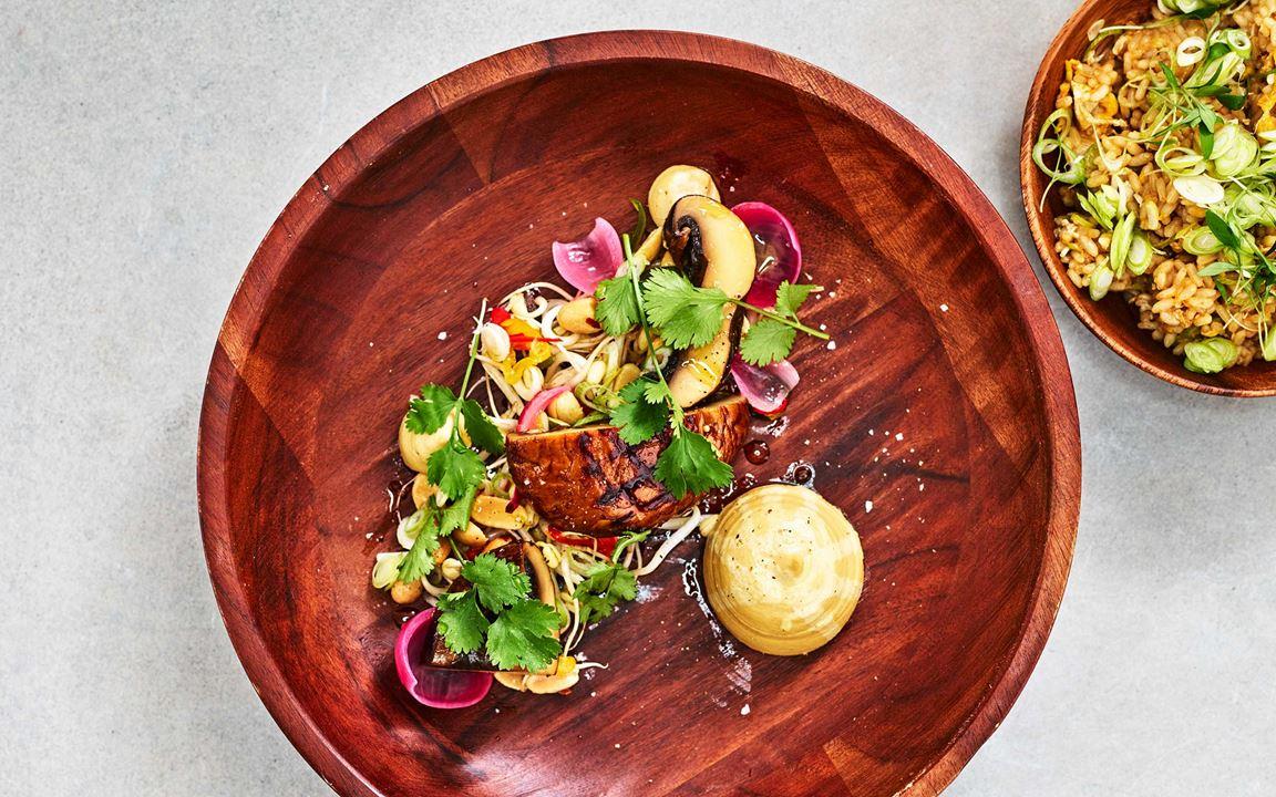 Rätten har en god och stabil grund i sesamstekt ris med ägg, jordnötscrème och syrad lök. Till det serveras en confiterad portabello .