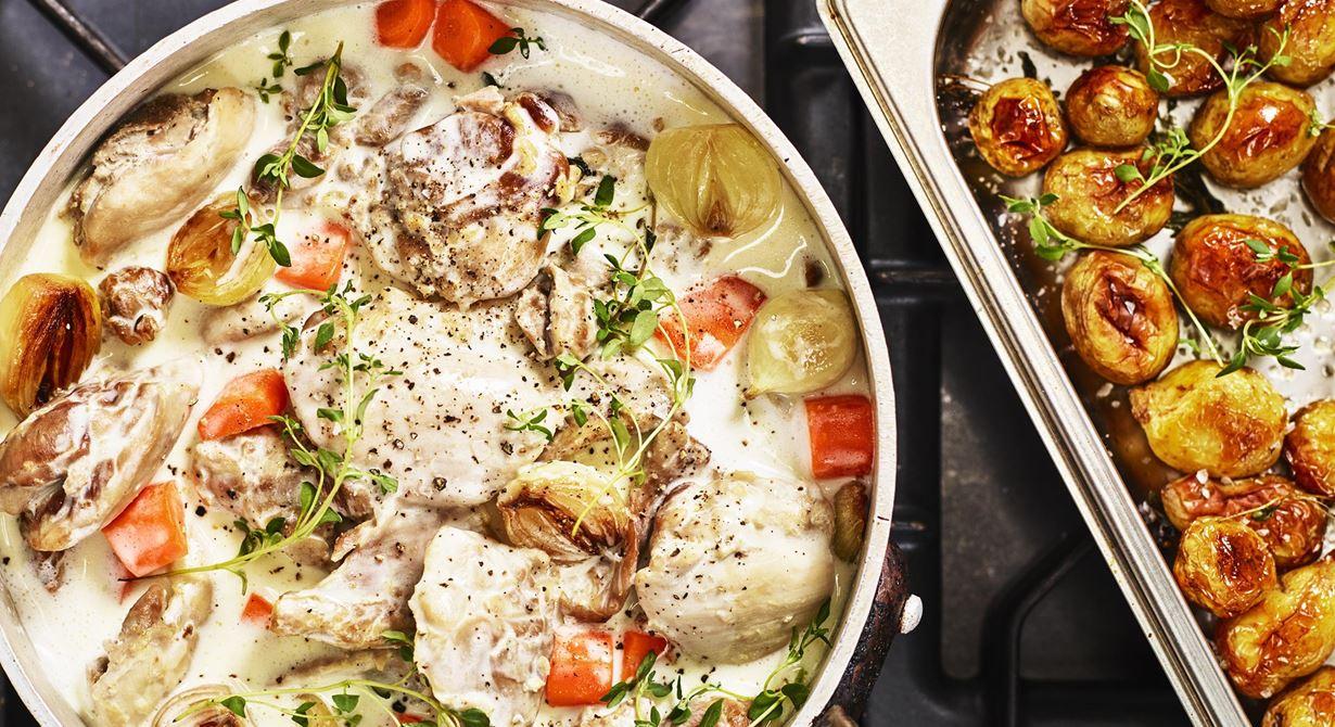 Den ljusa färgen och den mjälla kycklingen kombinerat med friskt vitt vin och gräddig sås med hög syra. Det händer något med denna klassiker till gryta när man byter ut det röda vinet mot vitt. Det känns lättare och piggare.