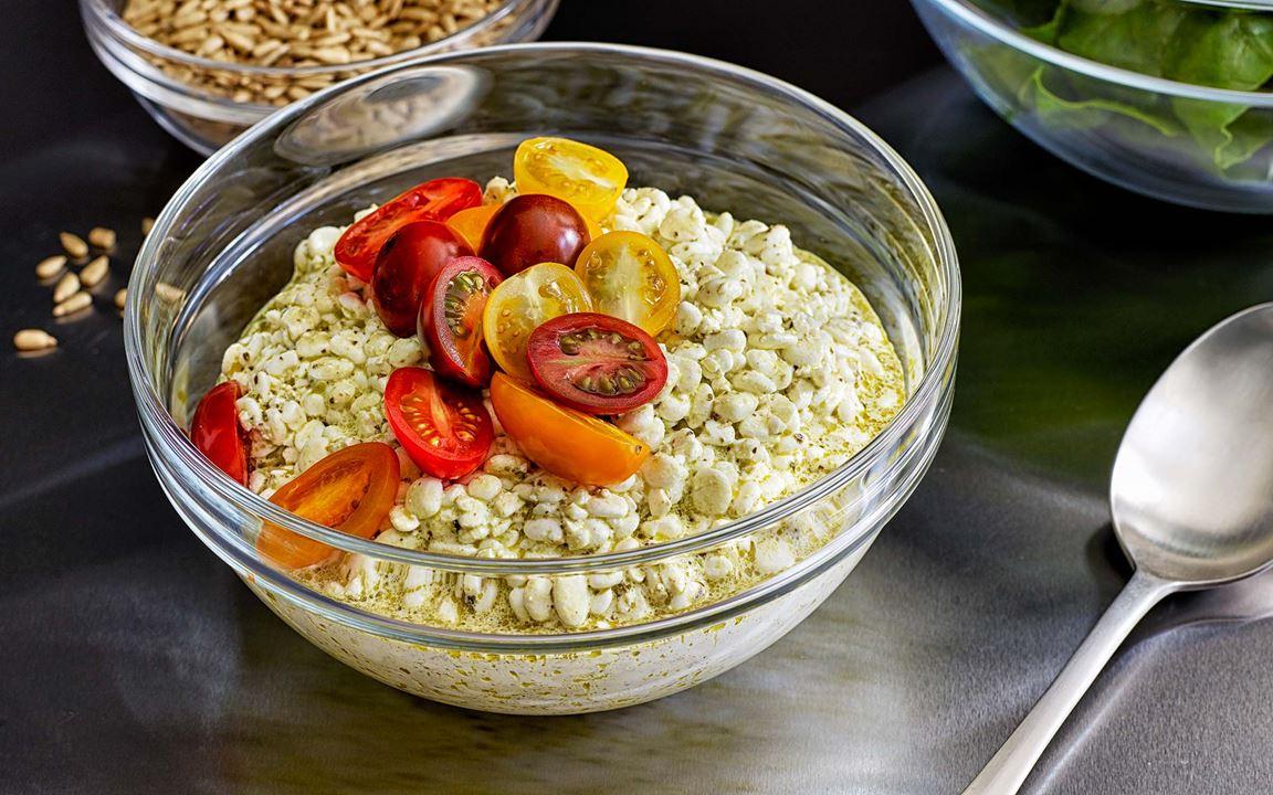 Italienska smaker och protein, som toppas med söta tomater i olika färger, blir ett blickfång på salladsbordet. Köp färdig pesto eller gör egen med lagrad ost och solroskärnor.