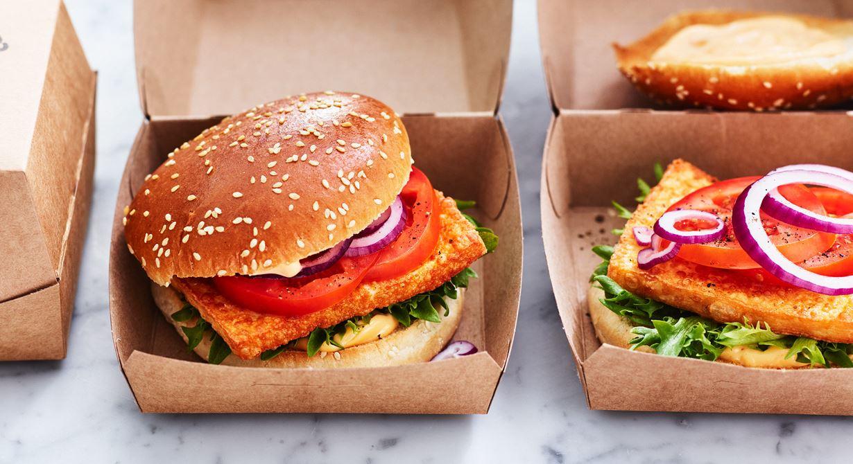 Den här vegetariska, smakrika burgaren läggs snabbt ihop vid beställning. Krispig ost, chilimajonnäs, sallad, tomater och lök mellan rostade hamburgerbröd.