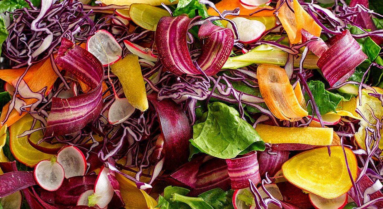 Morötter i olika färger ihop med bladspenat, rödkål, betor och rädisor blir en riktigt fräsch sallad. Den passar bra både som tillbehör och ensamrätt. Låt de tunt skivade grönsakerna ligga till sig i kallt vatten så blir de krispiga. Rödbetsdressingen med vitost matchar salladen perfekt.