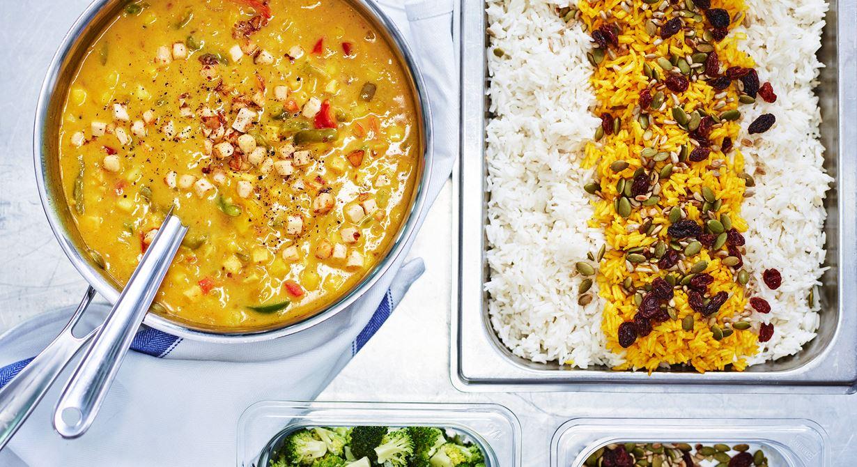 Curry och mango ger smak till den här vegetariska grytan med Grilling Cheese. Receptet är skapat av Maria Halths på Förskolan Skogsgläntan. Både vitt och gult ris toppat med rostade frön och russin serveras till.