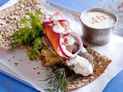 Ett tunt , handkavlat knäckebröd smaksatt med dill i gott sällskap. Oemotståndligt till klassiska svensk sill-, strömmings och skaldjursrätter. Men istället för att servera brödet bredvid - lägg maten på mackan!