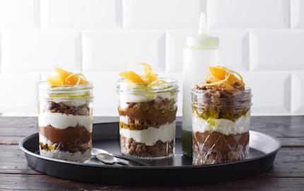 En ljuvlig dessert och ett smakfullt blickfång som säljer. Varva färskostkräm med kolasås och dinkelcrunch i glas. Citronverbenaoljan får sin härliga färg av babyspenat.