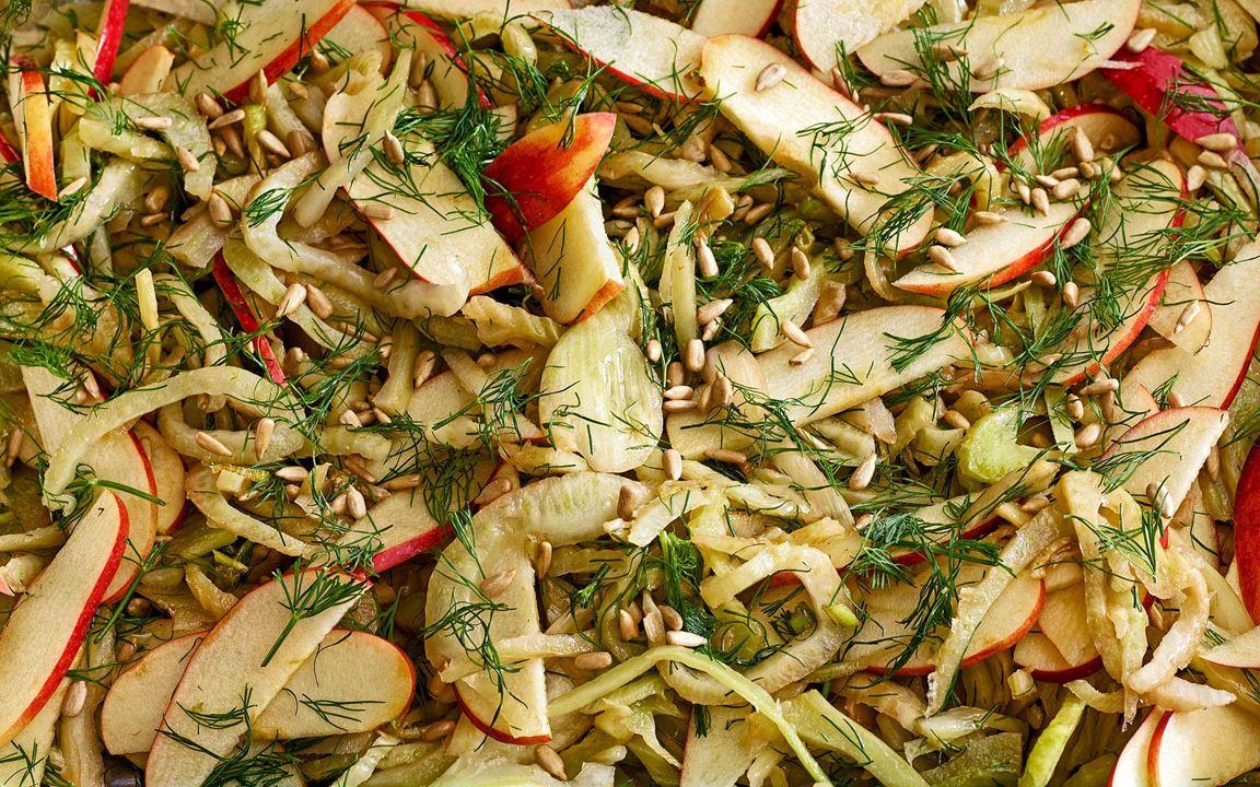 Strimlad fänkål och tunt skivat äpple. Vänd i äpplena med hackad dill och vinägrett precis innan servering, så förblir salladen krispig och fräsch. God ihop med honungsyoghurt eller sriracha- och yoghurtdressing som ger lite sting.