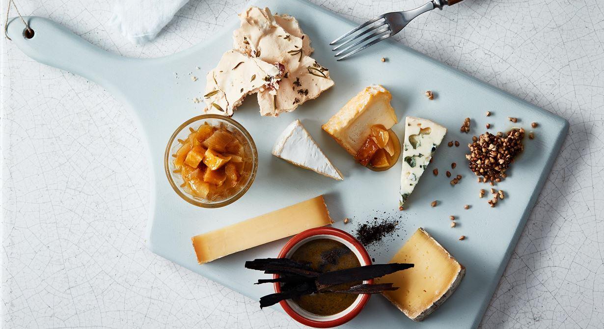 Övriga kvittenmaränger och puffat bovete med koriander är smakrika tillbehör till karftfulla ostar som kräver mer instensiva smaker. Purjolökscréme med lätt rökt smak gifter sig fint till mildare ostar.