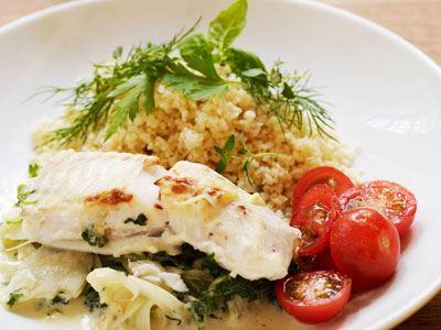 Smart att blanda ostcrèmen direkt i den färdigkryddade fänkålsbuljongen. På med fisken, in i ugn. Klart!
