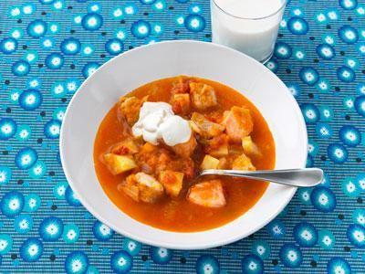 Soppan kan serveras med potatis i, eller som en gryta med pasta eller ris till. Håll tiden och lägg i fisken så sent som möjligt. Helst tio minuter innan servering. Då håller fisken ihop.