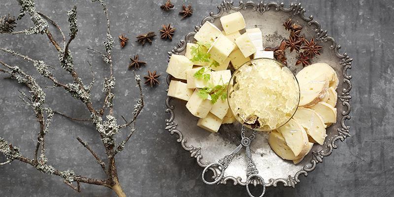 Den blommiga flädersmaken ihop med lakritstonerna från anisen får verkligen osten att visa sina bästa sidor. Förvara gelén i fast form och hacka upp lite i taget till ostbordet.