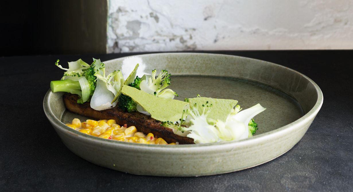 God broccoli med tuggmotståndet kvar. Perfekt ihop med söt majs och het chili som får fin krämighet av syrad grädde. Fläsksidan kan bakas över natten. Toppa härligheten med bitar av grönt chilismör.