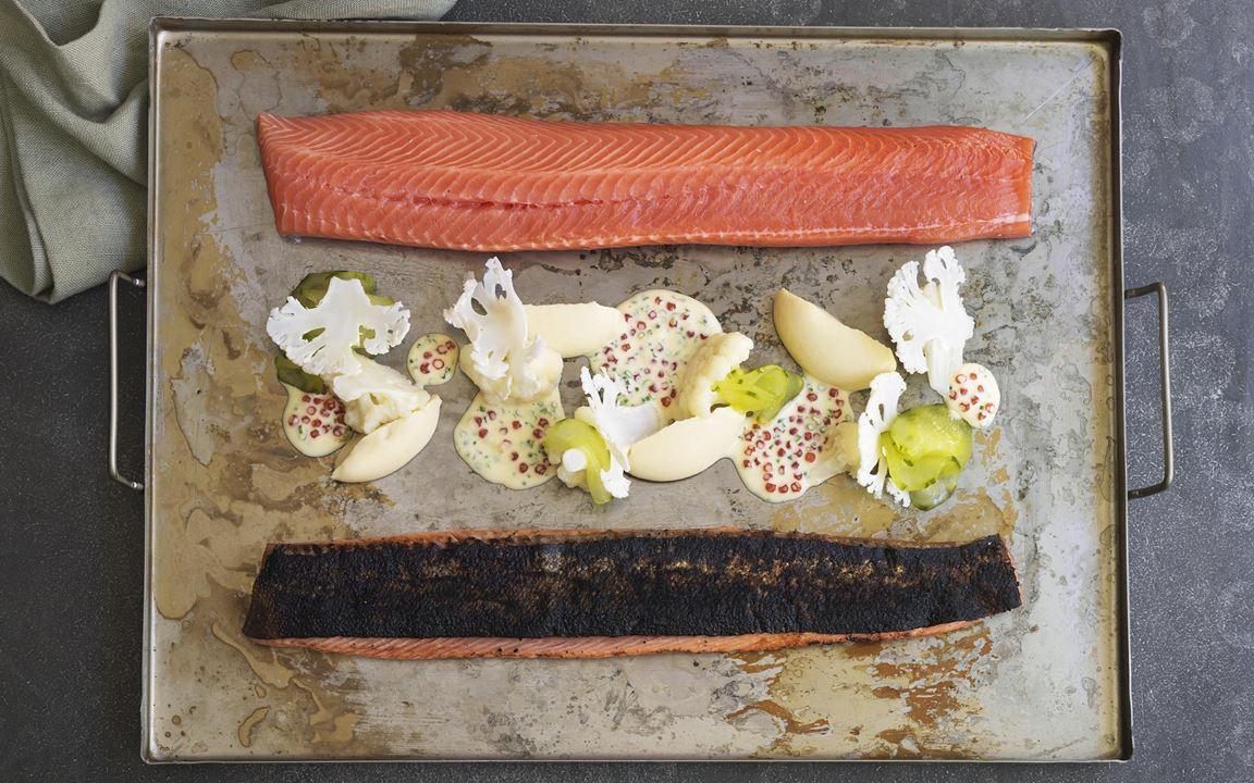 En lyxig lunchrätt med sotad, gravad forell, blomkål i olika versioner och picklad gurka. Den lena och fylliga purén samt såsen med vassle och forellrom får en smakskjuts av miso.