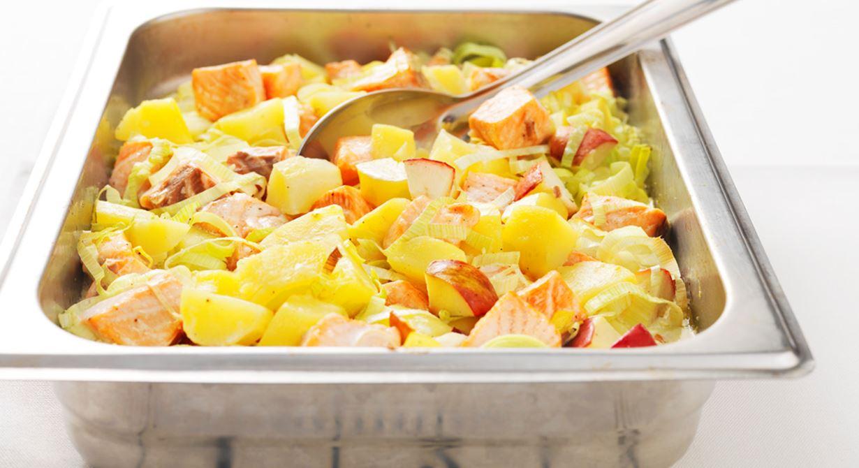 En enkel och god fiskrätt med få moment. En perfekt allt-i-ett-rätt när du fått potatis över. Men det går lika bra med färdigtärnad potatis direkt från frysen. Den söta smaken av äpple i kombination med den franska senapen passar perfekt till laxen.