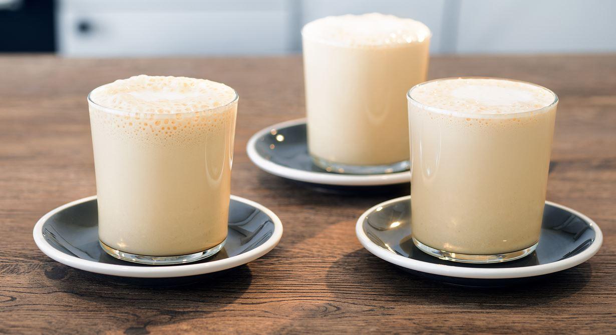 En svalkande frappe med krämig karaktär av skummad mjölk och vispgrädde. Smaken av päron och somrig fläderblomssaft ger en uppiggande smakbrytning till kaffet. Använd gärna ekologiska produkter till frappen då Latte Art är eko.