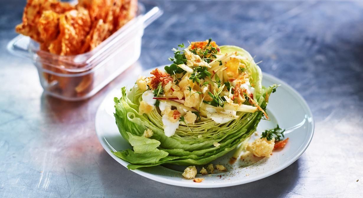 Frasig sallad på isberg kan serveras som en vegetarisk rätt eller på salladsbordet. Servera filodegsfraset vid sidan om så håller det sig frasigt länge.