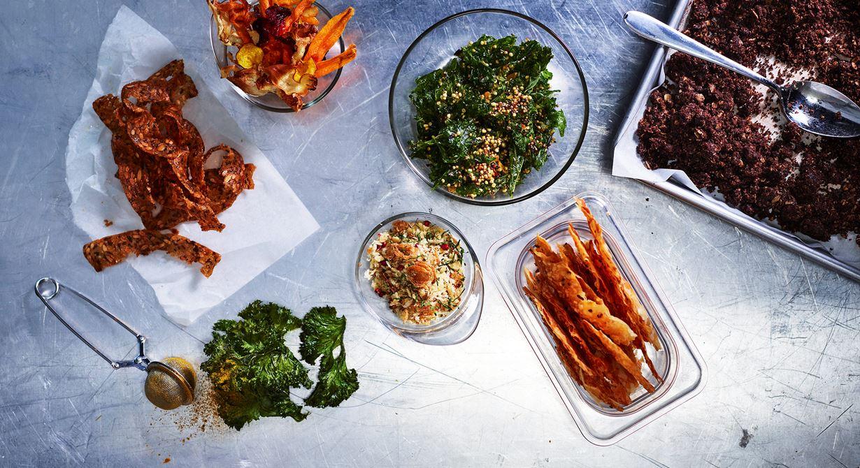 Olika konsistenser gör en måltid godare och mer intressant. En frasig komponent eller ett frasigt tillbehör kan höja en hel rätt. Här finns sju olika både salta och söta komponenter att laga.