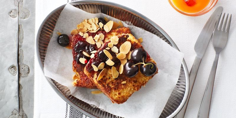 Fattiga riddare kallas för french toast i USA. En älskad klassiker med smak av kardemumma istället för kanel. Dagsgammalt briochebröd suger åt sig äggsmeten bättre. Smörstek frasiga och servera direkt.