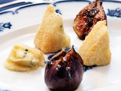 Friterad camembert har de flesta testat men få vet att det är precis lika läckert att fritera blåmögelost. Med de bakade fikonen och ett glas portvin bjuder du gästerna på en komplex kombination.