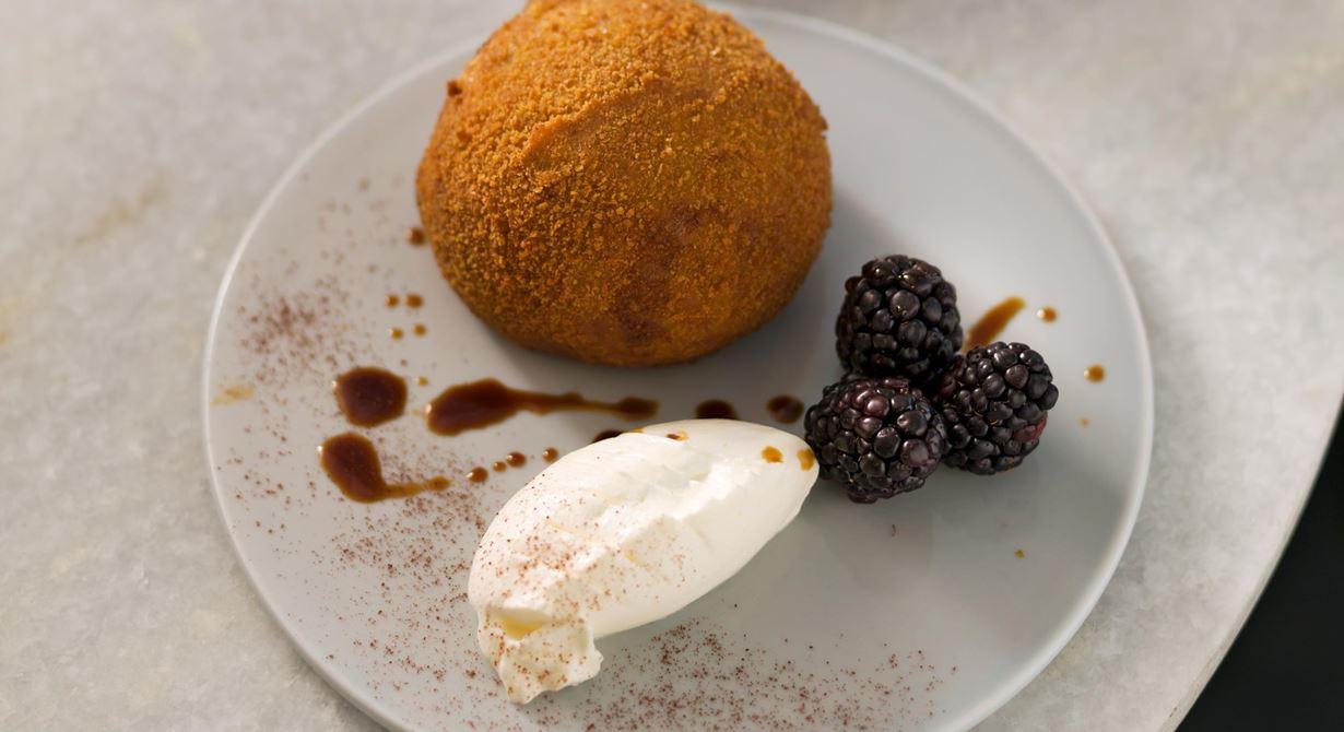 Tiramisù är en klassisk italiensk dessert, men även en favoritsmak i den italienska glassdisken. En variant är att fritera glassen så det kalla möter det varma och frasiga i en glassdessert.