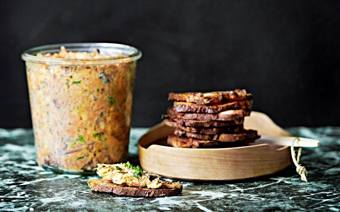 Brödet har en central roll på julbordet men det blir också mycket spill. Skär det tunt, pensla med smör och gör goda crostini av fruktbrödet, kavringen eller pumpernickeln och använd till aptitretarna. Rillette är oemotståndligt gott, speciellt smaksatt med en lagrad ost. Går också utmärkt att göra på fet fisk såsom lax, röding eller tonfisk.