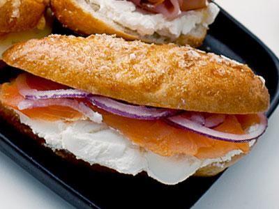 Små bagels i senaste minimodell toppade med riven ost, vallmofrön och flingsalt. Fresta med krämig färskost, kallrökt lax och skivad rödlök i klassisk New York-stil.