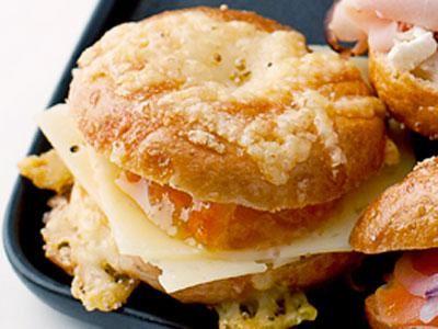 Små bagels i senaste minimodell toppade med riven ost, vallmofrön och flingsalt. A Fresta med lagrad ost och en smakrik marmelad.