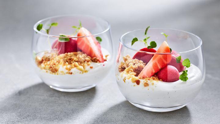 Glasdessert - Jordgubb, persika och syrad grädde