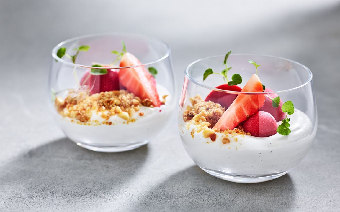 Smaksätt sommarens glasdessert med en bär- och fruktkompott och syrad vaniljgrädde. Genom att bygga på den här glasdesserten med ytterligare tillbehör skapar du enkelt en bakelse och tallriksdessert med samma smakbild.