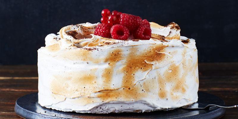 En underbar dessert som påminner om en glace au four. Frasiga marängbottnar med frystorkade hallon och syrlig yoghurtglass toppas med italiensk lakritsmaräng. Marängbottnarna kan bakas i förväg.