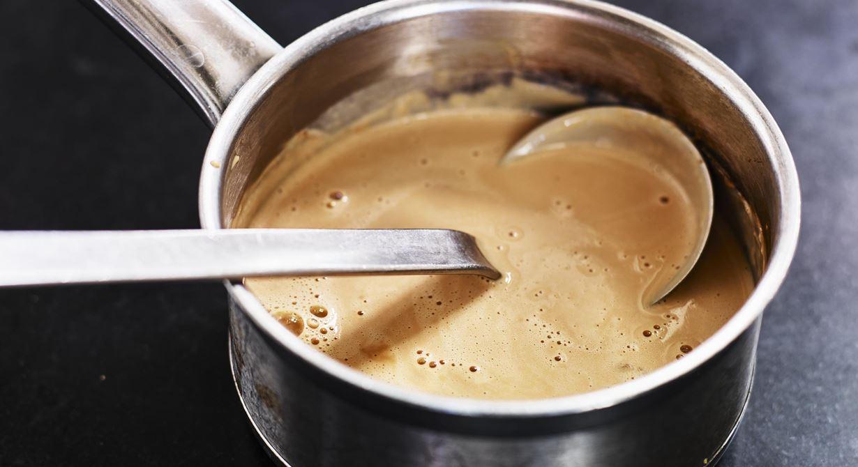 Tillsätt lite syra i gräddsåsen i form av crème fraiche. Den bryter av fint mot kalvbuljongens sälta och sötman i svartvinbärsgelén. Tillagas enkelt i större mängder för storkök.  Specialkost: Går att göra laktosfri genom att använda laktosfri produkter.