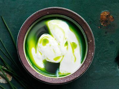 En självklar dressing till matjesill och rökt fisk. Var noga med att inte röra för mycket, då går dressingen ihop och blir helt grön.